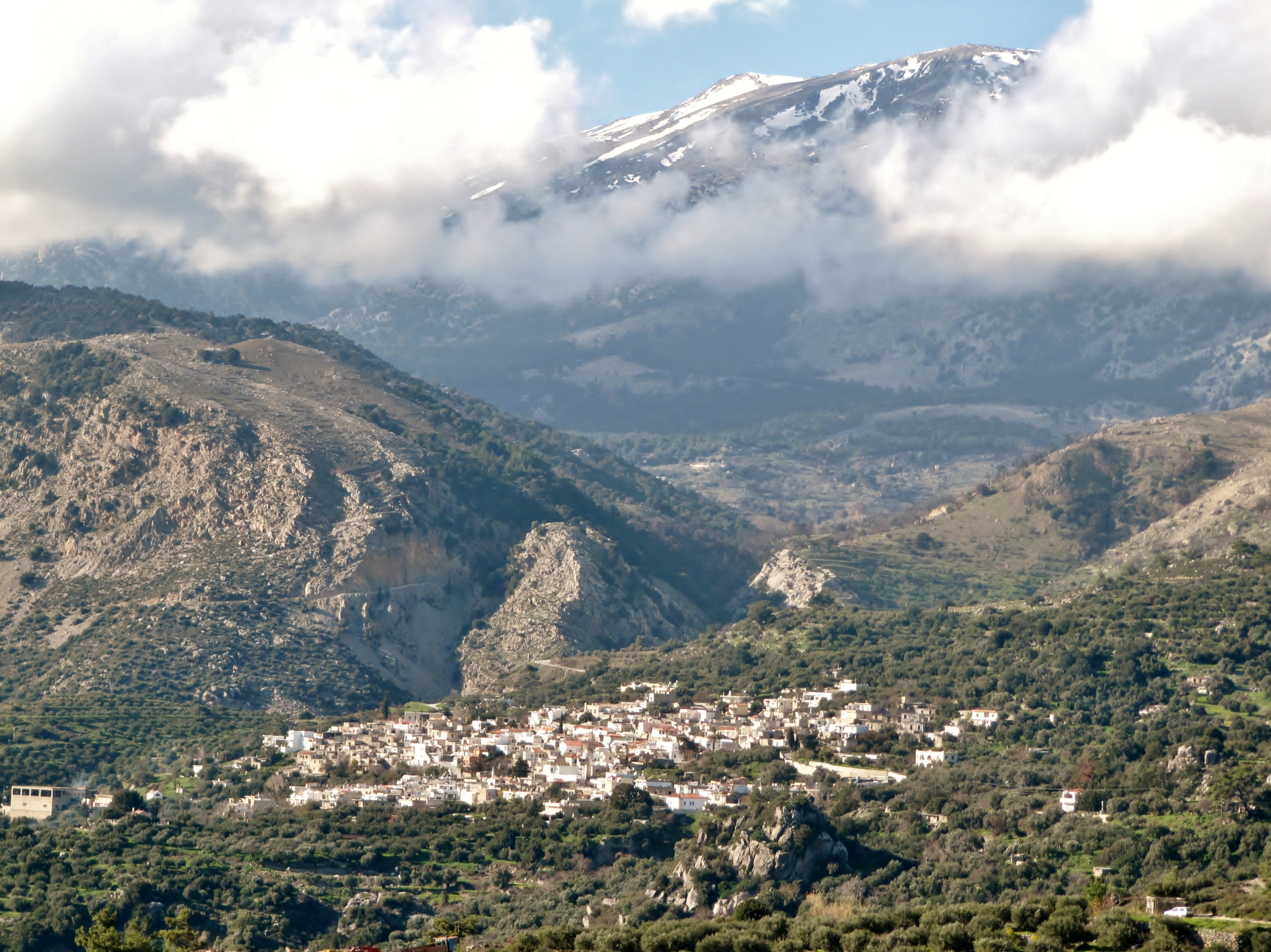 by village berg mountain moln clouds snö snow vandra vandring hike hiking walk walking crete kreta
